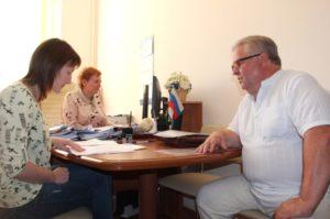 Кандидат в депутаты областной Думы Николай Новиков представил в облизбирком документы для регистрации
