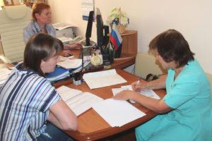 Кандидат в депутаты областной Думы Жанна Мигачева представила в облизбирком документы для регистрации